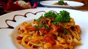 Heiße Spaghettis mit Tomatensauce stockbild