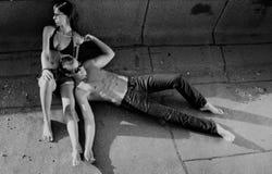 Heiße städtische entspannende Paare Stockfotos