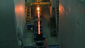 Heiße Stahlbarren auf Förderer Gießereicastingprozeß stock footage