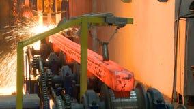 Heiße Stahlbarren auf Förderer Gießereicastingprozeß stock video footage