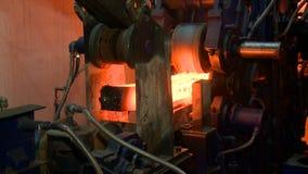 Heiße Stahlbarren auf Förderer Gießereicastingprozeß stock video