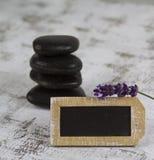 Heiße Steine und Lavendel Stockfoto