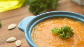 Heiße Suppe des Herbstes mit Kürbis stock video footage