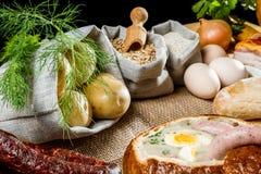 Heiße Suppe diente im Brot mit Ei auf Ostern Stockbild