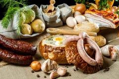 Heiße Suppe im Brot zum Ostern-Frühstück Lizenzfreies Stockfoto
