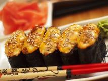 Heiße Sushi auf Platte mit Ess-Stäbchen Stockfoto
