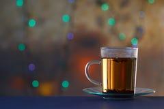 Heiße Teeschale an mit schönem Farbhintergrund Lizenzfreie Stockfotografie