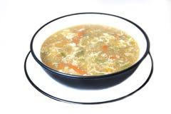 Huhn- und Gemüsesuppe in einer Schüssel und in einer Platte Stockfotografie