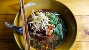 Heiße und saure Suppe der Nudel mit Schweinefleisch Lizenzfreie Stockfotos