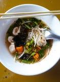 Heiße und saure Suppennudel-Vegetarierart des thailändischen Lebensmittels Lizenzfreie Stockfotos