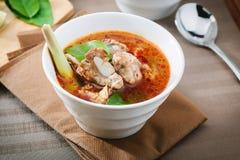 Heiße und würzige Suppe mit Schweinefleischrippen Lizenzfreies Stockfoto