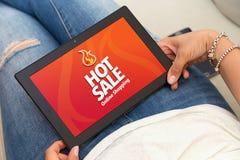 Heiße Verkaufstablette Frau, die eine Tablette mit heißem Verkaufsonline-werbung hält stockbilder