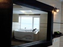 Heiße Wanne im Hotelzimmer Schöne Ansicht, Entspannung und Entspannung Foto durch die Reflexion des Spiegels lizenzfreie stockbilder