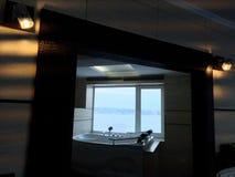 Heiße Wanne im Hotelzimmer Schöne Ansicht, Entspannung und Entspannung Foto durch die Reflexion des Spiegels stockfotos