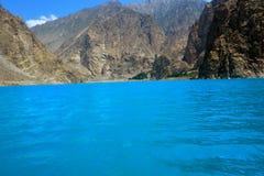 Heißer Berg mit blauem Fluss und Himmel in Naran Pakistan Lizenzfreies Stockfoto