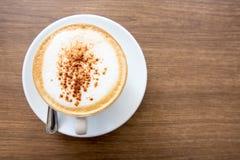 Heißer Cappuccino auf Holztisch Stockfoto