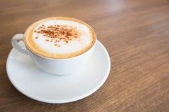 Heißer Cappuccino auf Holztisch Lizenzfreies Stockfoto
