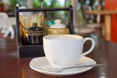 Heißer Cappuccino in der weißen Schale Lizenzfreies Stockfoto