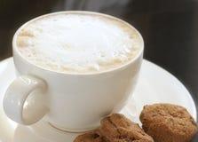 Heißer Cappuccino mit Plätzchen Stockfoto