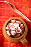 Heißer chocolat Weinlesebecher auf rotem Funkelnhintergrund Stockbild