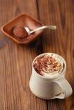 Heißer chocolat Weinlesebecher, mit Sahne übersteigend und zerriebenes chocolat Stockfoto