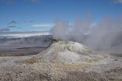Heißer Dampf, der vom kochenden Wasser im Mittel-Island im geothermischen Bereich von Hveravellir kommt Stockfotografie