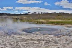 Heißer Dampf, der vom kochenden Wasser im Mittel-Island im geothermischen Bereich von Hveravellir kommt Lizenzfreie Stockfotografie