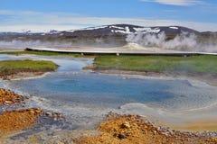 Heißer Dampf, der vom kochenden Wasser im Mittel-Island im geothermischen Bereich von Hveravellir kommt Lizenzfreie Stockbilder