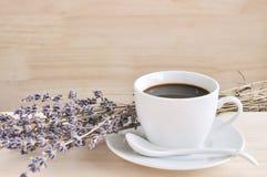 Heißer Espresso und Lavendel blühen auf hölzerner Tabelle Lizenzfreies Stockfoto