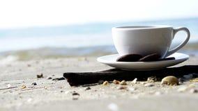 Heißer Espressokaffee auf dem Strand Lizenzfreie Stockfotografie