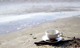 Heißer Espressokaffee auf dem Strand Stockbild