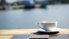 Heißer Espressokaffee auf dem Strand Lizenzfreie Stockfotos