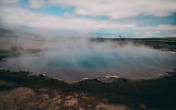 Heißer Frühling sehr blauen Wassers Geysir mit Dampf Island stockbild