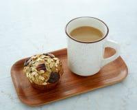 Heißer frischer Kaffee und Muffin stockfotografie