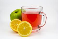 Heißer Fruchttee mit Zitronenscheiben und -apfel stockfotografie