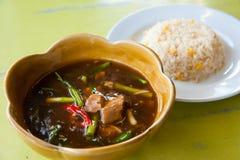 Heißer gebratener Reis mit Stromschweinefleischcurry Stockfotografie