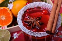 Heißer Glühwein mit Scheiben von Zitrusfrüchten, von Zimt und von Anis in einem irischen Glas stockfoto