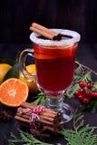 Heißer Glühwein mit Scheiben von Zitrusfrüchten, von Zimt und von Anis in einem irischen Glas stockfotos