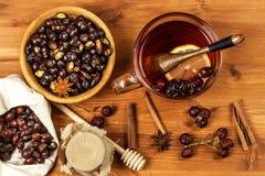 Heißer Hagebuttentee gegen Grippe Haupttiefkühlen Getrocknete Vitamine Traditionelle Volksmedizin lizenzfreie stockfotografie