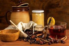 Heißer Hagebuttentee gegen Grippe Haupttiefkühlen Getrocknete Vitamine Traditionelle Volksmedizin stockfotos