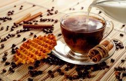 Heißer Hauptkaffee mit Sahne Eine Schale des warmen Getränkes des Kaffeeesprits Lizenzfreie Stockbilder