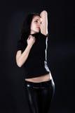 Heißer junger Brunette in den schwarzen ledernen Hosen lizenzfreie stockbilder