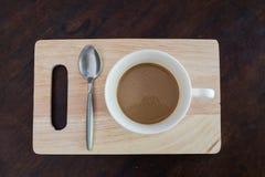Heißer Kaffee auf altem Holztisch Beschneidungspfad eingeschlossen lizenzfreie stockfotografie