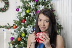 Heißer Kaffee auf dem Silvesterabend, mit einem schönen Mädchen stockfoto