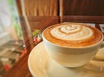 Heißer Kaffee auf Glastisch Lizenzfreies Stockbild