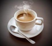 Heißer Kaffee auf Ihrem Schreibtisch. Stockbilder