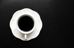 Heißer Kaffee auf Ihrem Schreibtisch. Stockfoto