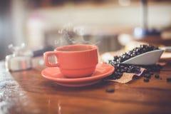 Heißer Kaffee auf Schreibtischarbeit Stockfotografie