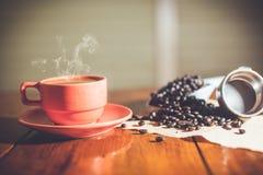 Heißer Kaffee auf Schreibtischarbeit Lizenzfreie Stockfotografie