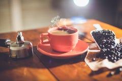Heißer Kaffee auf Schreibtischarbeit Lizenzfreie Stockfotos